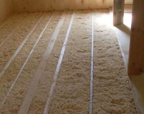 фото: утепление потолка опилками